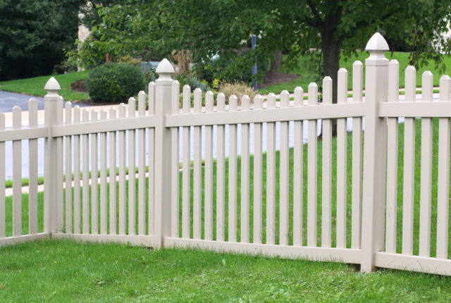 vinyl picket fence with decorative post caps