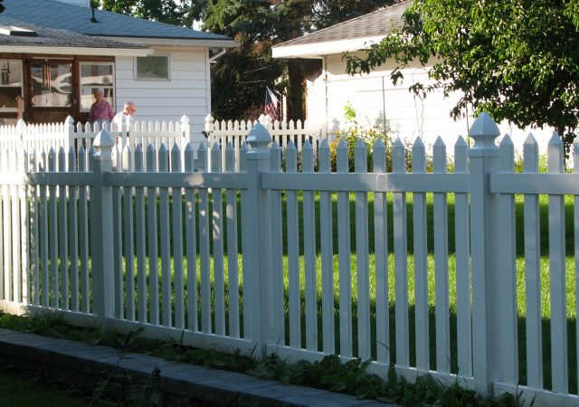 Vinyl picket fence split by neighbors